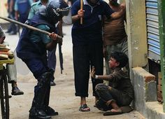 Represión policial en la India durante una huelga de brazos caídos de más de 10.000 trabajadores del sector textil, la disuasión del Estado culminó con palizas y asalto de los menores, que eran explotados en las fábricas en la India