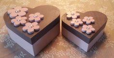 2 blank houten dozen met decoverf beschilderd en blanke vernish erover heen, de bloemen zijn ook van hout met in het hart parelkralen