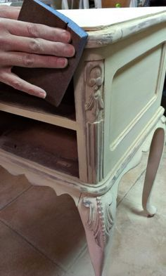 Tutorial bien explicado para hacer un falso decapado vintaje en un mueble antiguo oscuro. http://bricolaje.facilisimo.com/blogs/restauracion/antes-y-despues-de-un-tocador-vintage-before-and-after-vintage-vanity_1069328.html