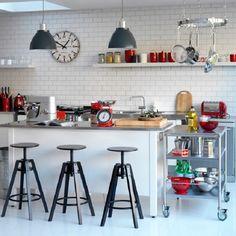 Cozinha estilosa com móveis neutros