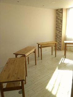 こんにちわ~     ずっと作ってたテーブル4台  無事にネイルサロンに納品してきました~ yes,yes,yes   机たち 広々とした所に置くと ガゼン可愛さ倍増    納品前、ひとちゃんちに保管されていた時は ↓↓    ムツゴロウと部屋いっぱいの机...