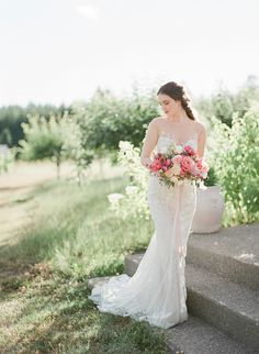 A chic, lush countryside vineyard wedding with blush details to inspire you for your modern elegant wedding. #elegantbrideinspiration #vineyardweddings #outdoorweddinginspiration #laceweddingdresses