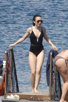 lily-collins-in-swimming-costume-beach-in-italy-07-15-2017-1.jpg 1,280×1,925 pixeles