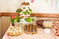 Una rústica mesa de dulces con cupcakes para una boda / A rustic sweet table with cupcakes for a wedding