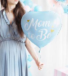 """Hellblauer Folienballon in schöner Herzform für deine Jungen-Babyparty, der weiße Schriftzug """"Mom to Be"""" darauf ist entzückend mit drei kleinen goldenen Herzchen verziert. Der dezent glänzende Herzballon ist für Helium (Ballongas) oder Luftfüllung geeignet. Größe, gefüllt: ca. 35 cm Reveal Parties, Gender Reveal, Mom, Madness, Boy Baby Showers, Boy Or Girl, Balloons, Script Logo"""
