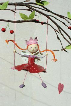Il était une fois une fée, petite reine de l'été, qui se balançait sous sa branche de cerisier...    Pleine de tendresse, elle est entourée de trois