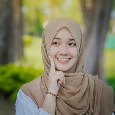 Setahunbaru: Smile in Love Beautiful Hijab Girl, Beautiful Muslim Women, Hijabi Girl, Girl Hijab, Hijab Teen, Foto Editing, Muslim Beauty, Hijab Casual, Hijab Niqab