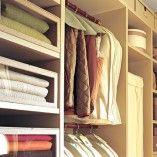 Se noseu armário tem poucas prateleiras e gavetas, aqui está a solução paraaproveitarmelhor osespaços dentro delas, são dicasbemfáceise infalíveis.  Para começar a organização, é preciso tirar todas as roupas das prateleiras e gavetas,para depois separá-las em grupos: camisetas manga curta, mangalonga, blusas grossas, moletons, etc. Use a cama para facilitar a organização e depoisguarde […]