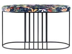Posea är en ikonisk möbel utöver det vanliga som drar till sig all uppmärksamhet där den står i sitt rätta element. Balansen mellan den mjuka och feminina velouren och den starka och maskulina metallen förenar elegant tidens stora designtrender.