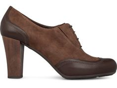 Ariadna comes as a dark brown pump with laces made of nubuck and full grain leather. It features a wooden heel which adds a natural elegance.The heel measures 9 cm and the platform 2 cm for a comfortable height. Its cushioned insole provides a soft footstep.