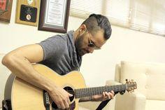 Una fotografía del Artista Dominicano Eliacim, en un momento de ensayo con su guitarra antes de una entrevista en el Periódico La Información de la Ciudad de Santiago De Los Caballeros. foto Gustavo Martinez