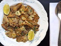 ΜΑΝΙΤΑΡΙΑ ΠΛΕΥΡΩΤΟΥΣ ΣΤΟ ΤΗΓΑΝΙ Tasty, Yummy Food, Happy Foods, Few Ingredients, Japchae, Make It Simple, Stuffed Mushrooms, Sweet Home, Pork