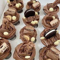 Cupcake Decorating Tips, Creative Cake Decorating, Cake Decorating Techniques, Creative Cakes, Chocolate Cupcakes Decoration, Frosting For Chocolate Cupcakes, Chocolate Toppers, Elegant Cupcakes, Fancy Cupcakes