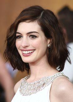 Anne Hathaway heeft hier een mooie warme donkerbruine haarkleur. Wil jij deze kleur ook bereiken? Kies dan voor WECOLOUR kastanje donkerbruin 4.8.   Een haarkleur is natuurlijk wel altijd voor een groot gedeelte afhankelijk van jouw eigen haar(kleur). Doe voor de zekerheid de WECOLOUR kleuradvies op maat test. Medium Hair Styles, Curly Hair Styles, Hair Medium, Medium Wavy Bob, Updo Styles, Short Hairstyles For Thick Hair, Wavy Hairstyles, Celebrity Hairstyles, Formal Hairstyles