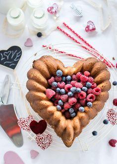 <p>Si sois igual de amantes de los Bundts como nosotras y queréis sorprender este San Valentín a vuestras medias naranjas, que mejor que con este molde Elegant Heart de Nordic Ware y relleno de frutas del bosque. La decoración con…</p>