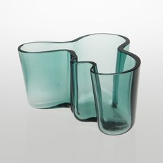 ALVAR AALTO  VAS, Savoy. Karhula, 1930-tal.  Grönt glas. Höjd 9,5 cm.    KONDITIONSRAPPORT  Möjligen nerslipad. Smärre slitage.