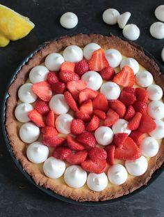 Tarte à la crème de citron, fraises gariguette et meringues.