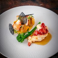 Sous-vide gegaarde lamsfilet met blauwe kaas saus en wortels Fish Dishes, Tasty Dishes, Butter Poached Lobster, Carrot Cream, Polenta, Caramelized Onions, Fish And Seafood, Food Presentation, Food Plating