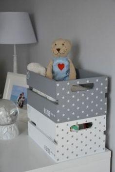 45 Cool Baby Shower Gift Ideas For Baby Boy - Wooden Crates Bookshelf Wooden Crates Gifts, Wood Crates, Wooden Boxes, Baby Shower Gift Basket, Best Baby Shower Gifts, Baby Gifts, Baby Shower Themes Neutral, Diy Rangement, Crate Bookshelf