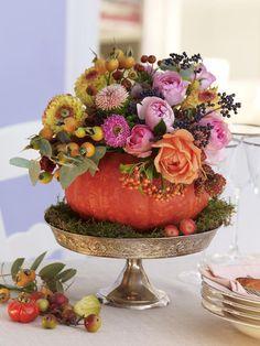 Das brauchen Sie:7-9 Rosen in Apricot und Rosa1 kleines Bund gemischte Herbstastern3-5 DahlienGemischte Beeren (z. B. Vogelbeeren;