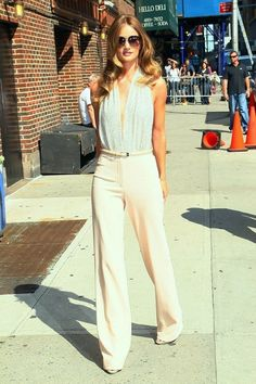 Rosie Huntington wears a total white look. ¡Beautiful and sophisticated!