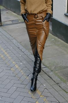 A leather pencil skirt is a must-have item but how do you style it? Here are some simple tips on how to style a leather pencil skirt. Brown Leather Skirt, Black Leather Pencil Skirt, Pencil Skirt Casual, Pencil Skirt Outfits, Leather Pants, Pencil Skirts, Pencil Dresses, Leather Outfits, Winter Skirt Outfit