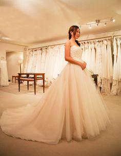トップスはフランス製のビーディングレース、スカートはボリュームのあるイタリーシルクチュールのウェディングドレス。 適度なハリ感のあるシルクチュールを使用しているため、動きが出て、立体感が生まれます。 イタリーシルクチュールの透明感は、スポットライトや自然光との相性も良く、 華やかな披露宴に