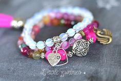 3 bracelets en perles roses, blanches et multicolores en agates et pierres de lune, charms coeurs, cygne et symbole tibétain, pompon, style