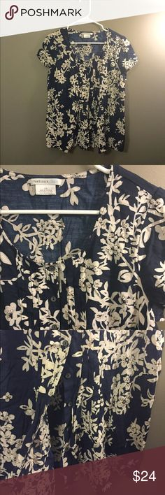 Van Heusen Blue White Floral Pleated Button Down L Excellent condition! Thank you for looking! Van Heusen Tops Button Down Shirts
