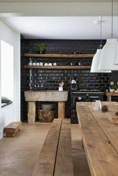 küche rustikale möbel schwarze fliesen holzregale