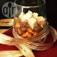 Verrines de pain d'épices croustillants, oignons confits et dés de foie gras