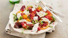 Skiva+tomaterna+tunt+med+vass+kniv+och+lägg+ovanpå+en+tunn+bädd+av+gröna+blad+på+ett+stort+fat.+Krydda+med+flingsalt,+peppar+och+olivolja.Riv+isär+hallonen+i+mindre+bitar+och+blanda+försiktigt+med+hallonbalsamico,+låt+dra+några+minuter.Toppa+tomaterna+med+riven+burrata,+ringla+över+hallon+och+hallonvinäger+och+strö+över+basilika+före+servering.