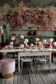 Hochzeit Vintage Rosé - FRIEDA THERÉS hochzeitsblog Floral Wedding, Wedding Flowers, Anthropologie Wedding, Southern Wedding Inspiration, Vintage Rosen, Flower Installation, Decoration Inspiration, Hanging Flowers, Wedding Trends