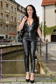 Skinny Leather Pants, Faux Leather Leggings, Crazy Outfits, Hot Outfits, Pantalon Vinyl, Lady Ann, Leder Outfits, Dress Attire, Sexy Latex