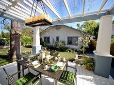 moderne-terrassenuberdachung-freistehend-plexiglasdach--weiss-lackierte-bodendielen