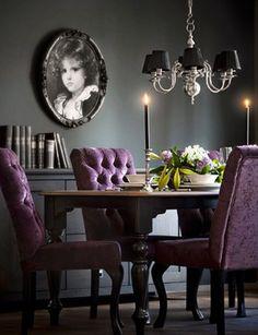De warme kleur paars komt hier mooi naar voren door de gecapitonuneerde stoelen!