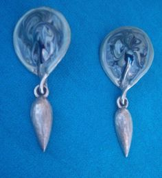 Silver tone surronding lacquer blue swiled dangling 2 pierced earrings NR #Unbranded