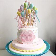 Bolo lindo para mesversário por @felipeoliveira.official. Adoro bolo com balões, alegre e super divertido!  #kikidsparty