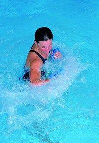 Aquaboxing - Bienfaits de la natation et comment s'y mettre - Le principe. Dans la lignée du body combat pratiqué en salles de fitness, cette activité utilise les techniques pieds poings inspirés des arts martiaux et de la boxe. Equipée de gants de boxe spécifiques...