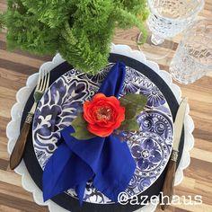 Capa de Sousplat jeans índigo fica incrível com pratos assim... Guardanapo azul klein e PG de flor laranja!!! Vem pra AZehaus! #roupademesa #capadesousplat #sousplat #jeans #mesahits #mesaposta #meseirasassumidas #vempramesa #pratomara #tableware #tablesettings