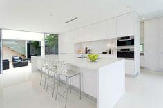 cocina muy amplia con isla blanca grande moderna