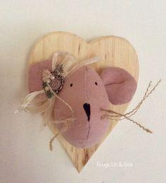 Trophée tête de souris décoration murale souris en lin rose tendre sur bois de forme cœur : Décoration pour enfants par rouge-lin-et-bois