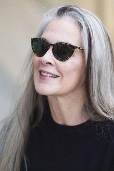 ❥ Some women look absolutely stunning in long sleek silver hair