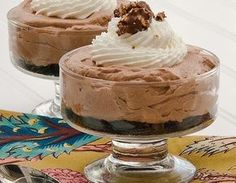 Today's recipe is for the mom who is a chocolate lover or nutella lover. This no-bake cheesecake may only take a few ingredients to make but it tastes DIVINE. My family isn't even a fan of nutella like I am… Köstliche Desserts, Best Dessert Recipes, Sweet Recipes, Delicious Desserts, Yummy Food, No Bake Nutella Cheesecake, Cheesecake Recipes, Mousse, Pie Cake