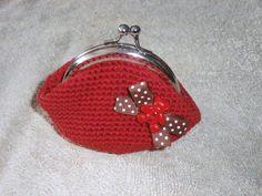 monedero vintage a crochet en rojo con lacito marron de topos y boton-osito en rojo