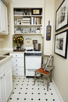 Open Shelving in a small kitchen Tiny Spaces, Small Apartments, Decorating Small Spaces, Interior Decorating, Interior Ideas, Kitchen Design, Kitchen Decor, Space Kitchen, Small Space Living