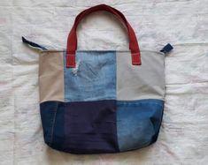Bolso hecho a mano, con cierre y denim de pantalon reciclado #reciclaje #reutilizar #denim #jeans #azul #pantalones #refashion #mesclilla #bolsos #mochilas #neceser #estuches #hechoamano #prima #actitud #regalo #diadelamama #niñas #mujeres Jeans Azul, Tote Bag, Photo And Video, Bella, Instagram, Fashion, Handmade Handbags, Denim Jeans, Upcycle
