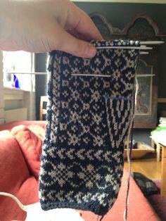 Klassiske vottar – Eg sa strikk! Knitting Socks, Twine, Fingerless Gloves, Arm Warmers, Knit Crochet, Crafts, Diagram, Toys, Tricot