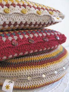 Crochet pillows - button placement to open and remove for wash. Manta Crochet, Crochet Home Decor, Love Crochet, Crochet Granny, Knit Or Crochet, Crochet Crafts, Crochet Stitches, Crochet Hooks, Crochet Projects