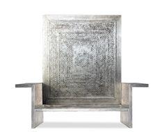DUCE I due elementi presentati in foto, seduta con braccioli e pannello rettangolare, possono essere disposti anche separatamente. Il particolare decoro geometrico del pizzo, conferisce al mobile una sobria eleganza. L'opera lignea è interamente rivestita in argento lucidato a pietra e patinato a cera con terre naturali.  Dimensioni:  Pannello: H180xL160 cm Panca: seduta H36 Ingombro: H65xL230xP45